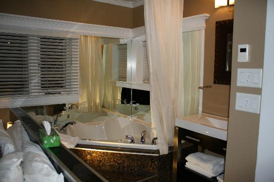 Jacuzzi in the Jelly Bean Suite - Picture of Leaside ...