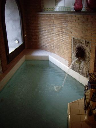 La Tonnarella: small jacuzzi tub with waterfall in our room - also view out to the bay