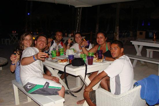 Sandos Playacar Beach Resort: Con amigos en el bar de la playa