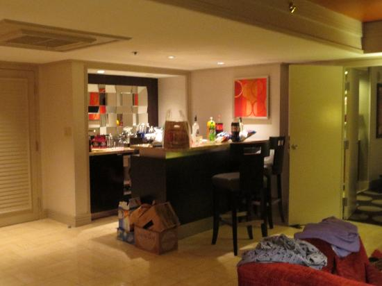 2 bedroom tower suite wet bar - picture of the mirage hotel & casino
