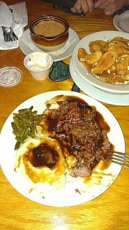 Flynn's Irish Tavern: Roast beef, green beans, mashed potatoes & gravy, Flynn's chips, she-crab soup