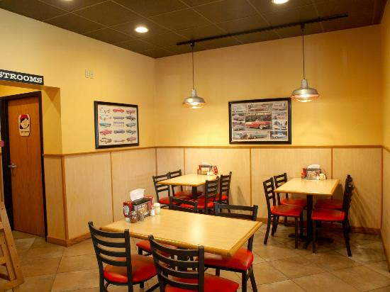 Pizza Inn: Clean dining area