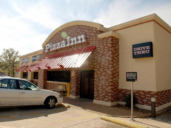 Pizza Inn: Parking in front and on the side of the building
