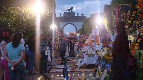 Arco Triunfal de la Calzada de los Heroes: Arco de la Calzada en el horizonte