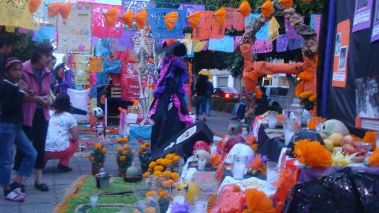 Arco Triunfal de la Calzada de los Heroes: Altar de Dia de muertitos
