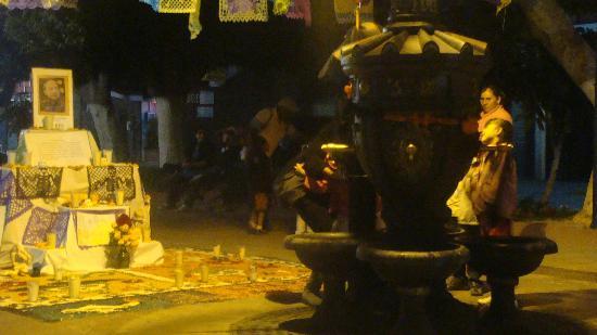 Arco Triunfal de la Calzada de los Heroes: Bebedores pùblicos con altar