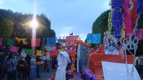 Arco Triunfal de la Calzada de los Heroes: El Leòn sobre papelillos