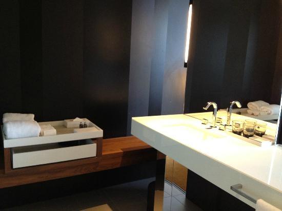 คราวน์เมโทรโพลโฮเต็ล: City Luxe Bathroom- Open to bedroom