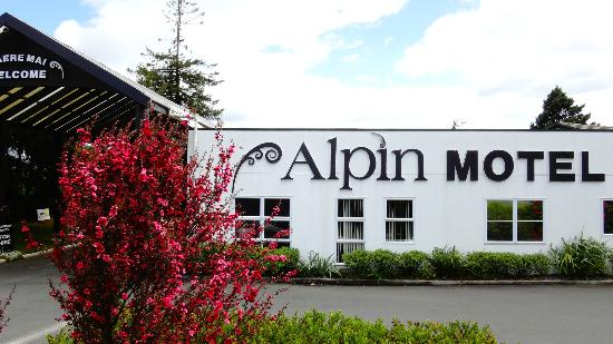 Alpin Motel and Conference Centre: Reception Outside