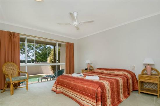 Noosa River Palms Resort: Villa master bedroom