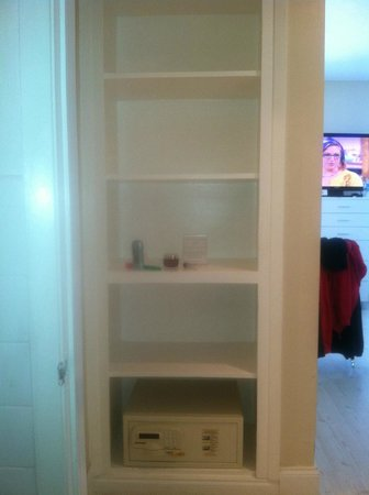 Tranquilo: 206 Deluxe Studio Quen Bed - Shelving between walk-in closet & bathroom