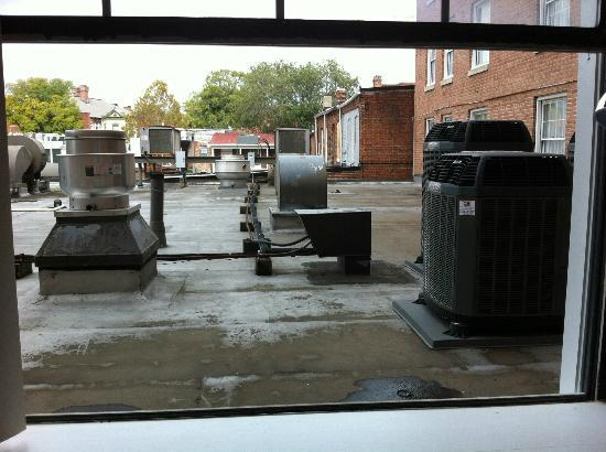 Georgetown Inn: The only solution to heat - open screen-less window to flat roof on alley. UNSAFE!