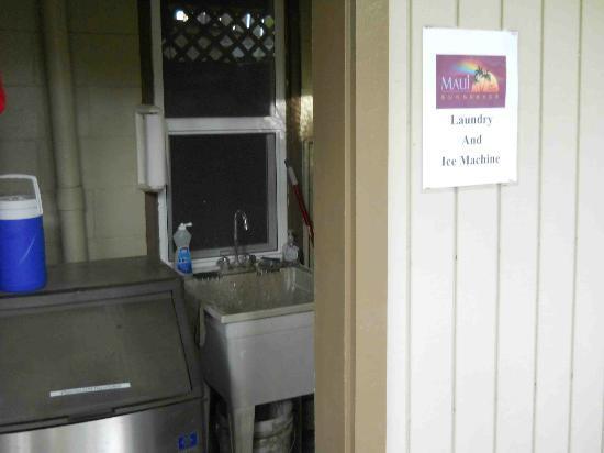 ماوي سانسيكر إل جي بي تي ريزورت: Portable cooler boxes are hanging on the wall left of the ice machine.