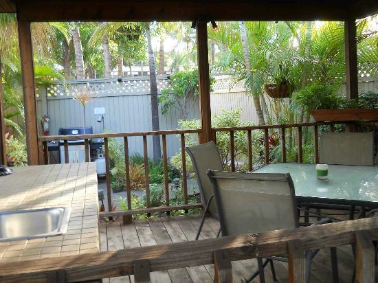 ماوي سانسيكر إل جي بي تي ريزورت: Grill and dining patio facilities.