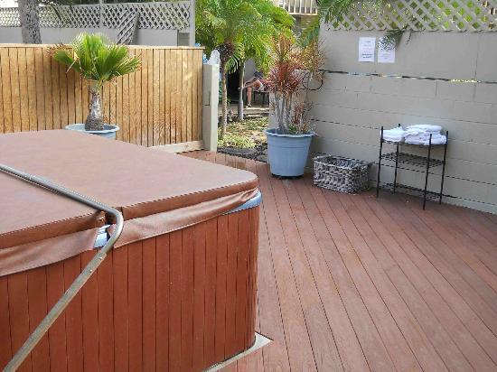 ماوي سانسيكر إل جي بي تي ريزورت: Hot tub by the back buildings.