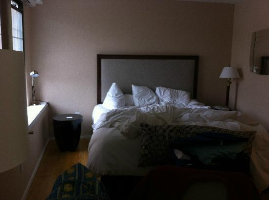 The Georgetown Inn: Comfortable bed, but tight fit and unmatched lamps inconveniently located.