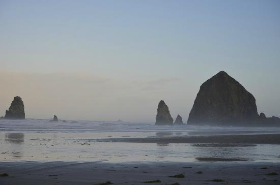 The Wayside Inn: Walking on the beach near Haystack Rock