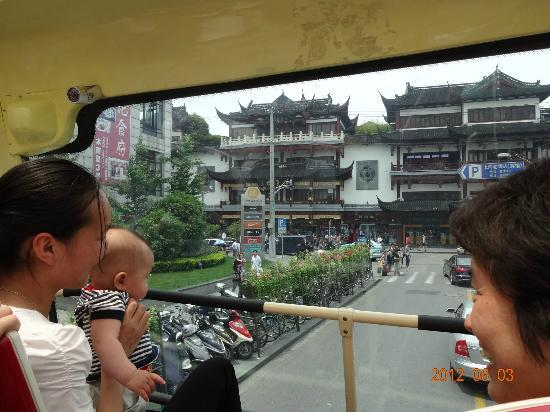 Shanghái, China: 最前列が最も良い眺め(親子連れに譲ってしまいました。。)