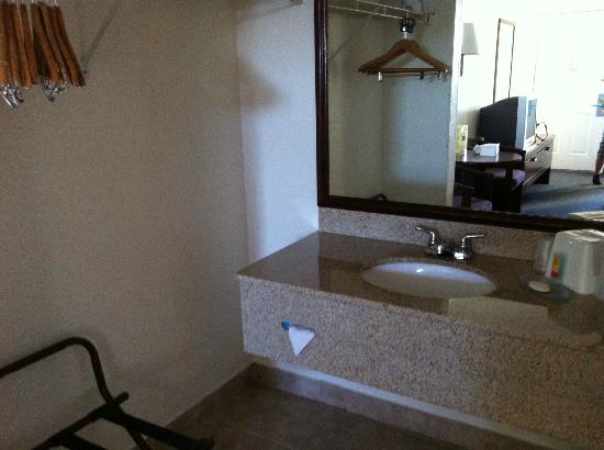 Americas Best Value Inn-Bradenton/Sarasota: vanity