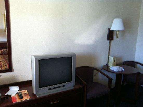 Americas Best Value Inn-Bradenton/Sarasota: TV & small table/chairs