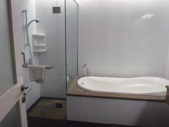 Ottenville Boutique Hotel: Spacious bathroom