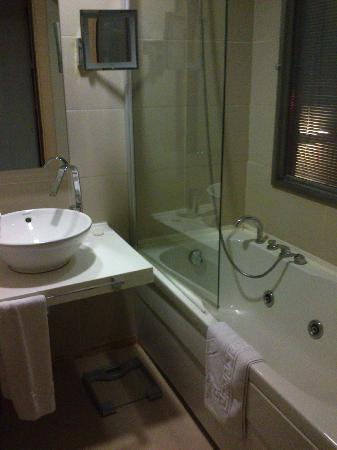 Eresin Taxim Premier: Salle de bain avec baignoire