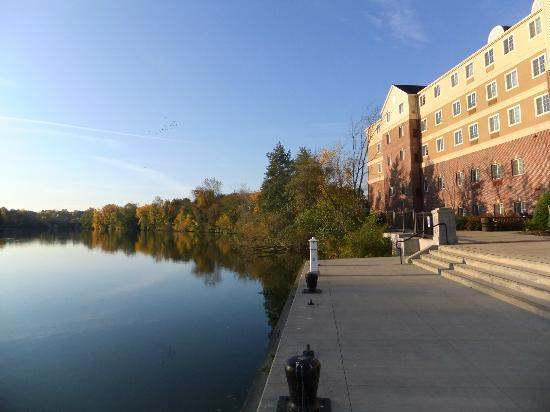 Staybridge Suites Rochester University: hotel view from the dock at the Genesee River