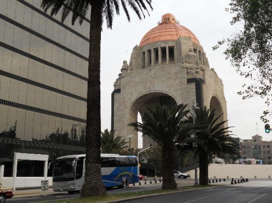 Hotel Palace: Monumento a la Revolucion