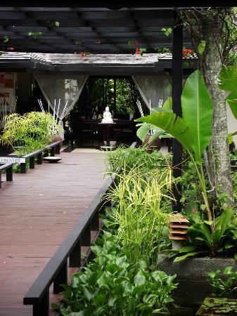 Warwick Le Lagon - Vanuatu: walkway to oasis spa
