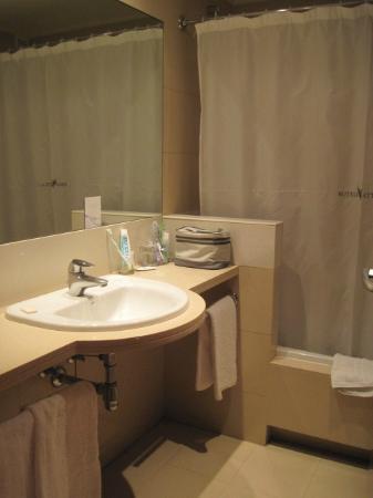 Attica 21 Barcelona Mar: salle de bain avec baignoire, wc et bidet