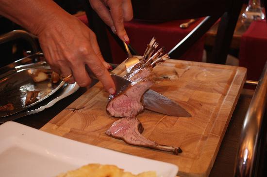 Restaurant Chez Max : découpe en salle du carré d'agneau