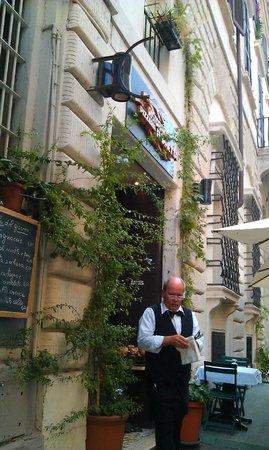 Trattoria Fiammetta: вход в ресторан и столики на улице