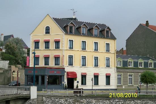 Hotel Saint Jean: Hôtel Saint- Jean vu de la place de l'Eglise