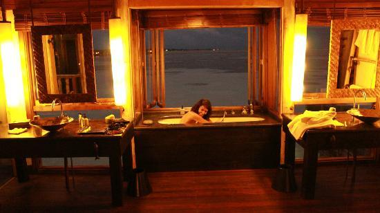 Gili Lankanfushi Maldives: romantic bathroom