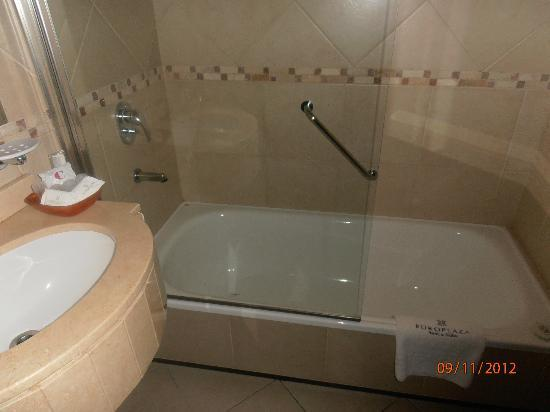 Europlaza Hotel & Suites: banheiro do apartamento 306