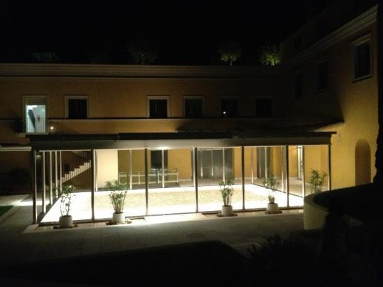 Grand Hotel Angiolieri: hotel entrance at night