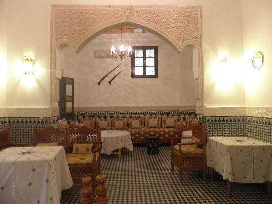 Riad Jardin Chrifa: morocain salon