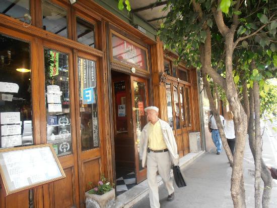 Europlaza Hotel & Suites: Restaurante na mesma calçada do hotel