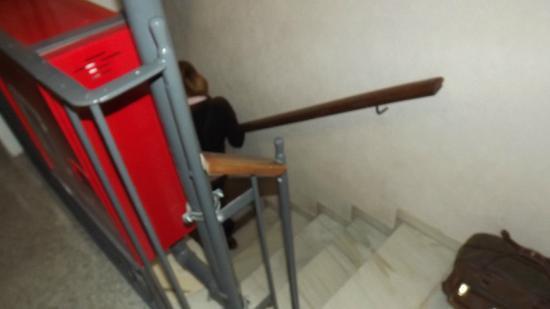 Transit Hotel: Escadas apertadas dificultando a movimentação.
