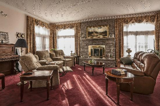 Stirling-Rawdon Bed & Breakfast : conversation room with fire place