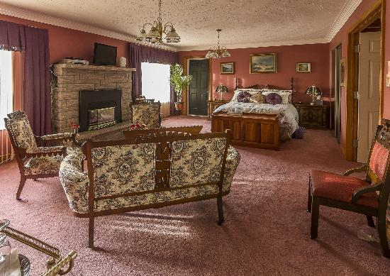 Stirling-Rawdon Bed & Breakfast: Spacious, romantic, his & her's wash basins,big soaker bath tub for stress release & relaxation