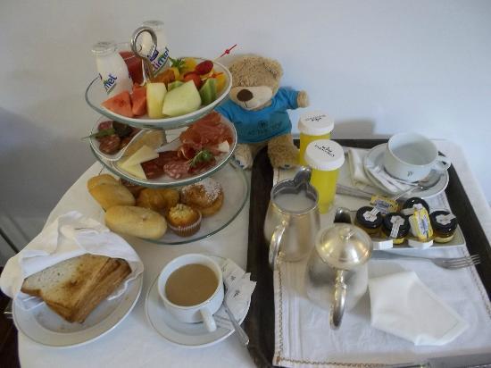 Parador de Granada: 部屋での朝食サービス