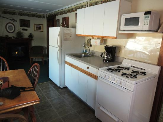 Carroll Motel & Cottages: Kitchen