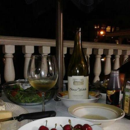 Carriage House Resort Motel: Nosso jantar em frente a nossa suíte, o céu estava maravilhoso e o ventinho divino!!!!! Bela noi