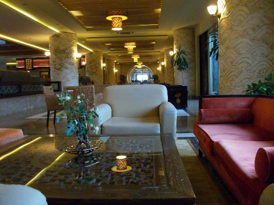 Royal Dragon Hotel: Piano bar stretching into Fantasia bar