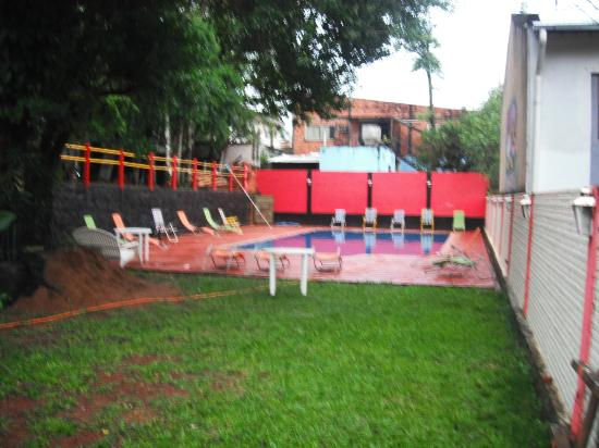 Hostel Park Iguazu : patio y pileta