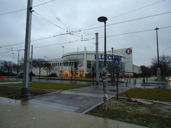 Campanile Paris Ouest - Gennevilliers Barbanniers : Centro commerciale di fronte all'albergo