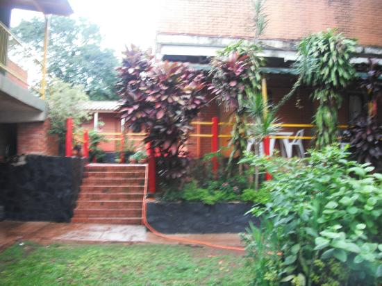 Hostel Park Iguazu: desniveles desde el patio pileta