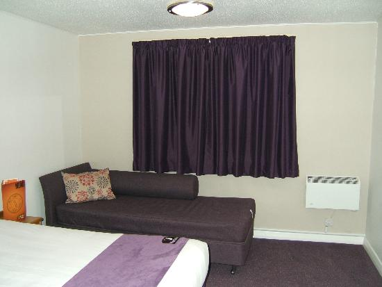 Premier Inn Glasgow (Cumbernauld) Hotel: Sofa and curtains