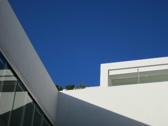 Hotel Viento 10: view up to the roof sun terrace from the courtyard
